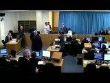 لحظه بازداشت مرد معترض در دادگاه که بلر را جنایتکار جنگی خواند