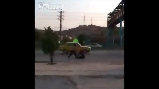 پرش خطرناک یک نوجوان ایرانی از روی پل عابر پیاده