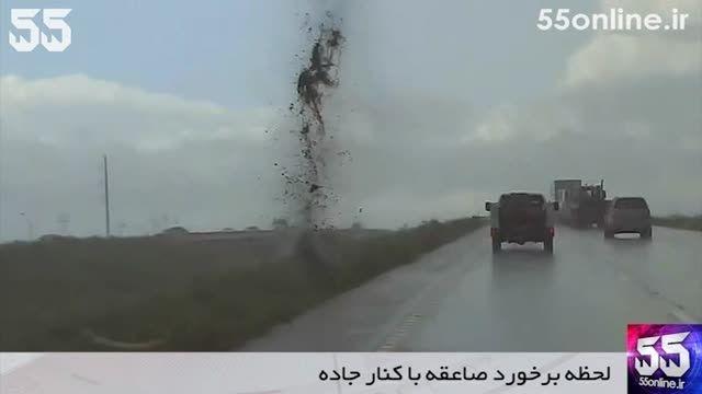 لحظه برخورد صاعقه با کنار جاده