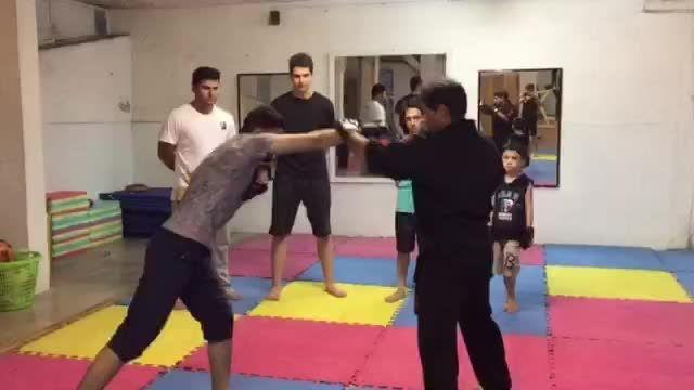دفاع شخصی قفل دست و گردن توسط استاد جمشید حسنیان