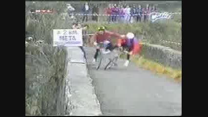 اتفاقی عجیب در مسابقه دوچرخه سواری