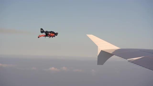 پرواز با جت پک در کنار ایرباس A380