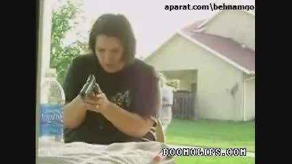 شوخی یه مرد گنده با زنش در موقع بازی با اسلحه