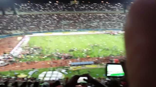 هجوم هواداران تراکتور به زمین در بازی نفت و تراکتور