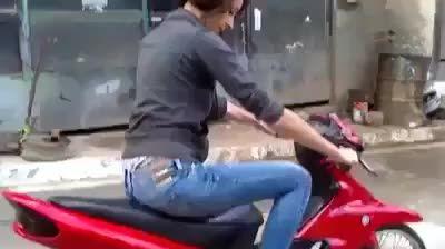 این زن خاک بر سر به شوهرش میگه میخوام موتور سوار بشم