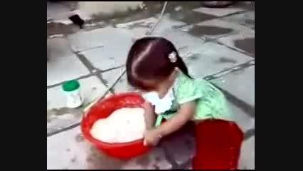درست کردن خمیر نان توسط کودک بامزه عراقی