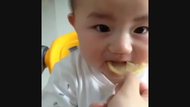 لیمو خوردن بچه