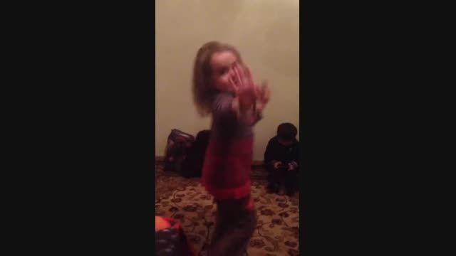 رقص فسقلی خانم....خخخخخ