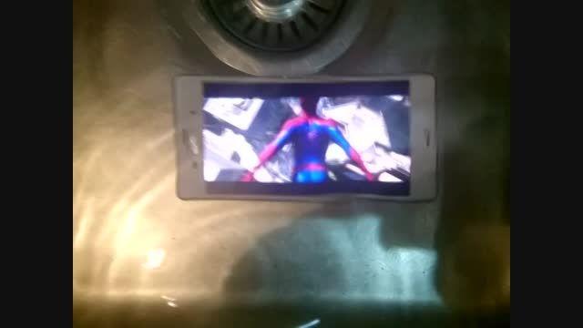 تست پخش فیلم گوشی xperia Z3 در زیر آب