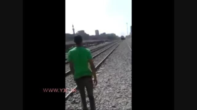 رد شدن قطار از روی جوان مصری!