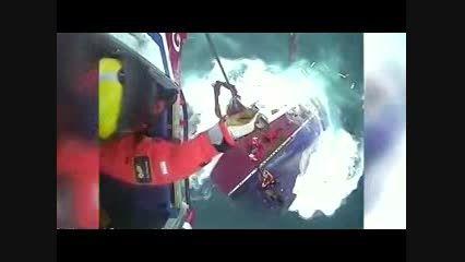 نجات سرنشینان کشتی در حال غرق با بالگرد
