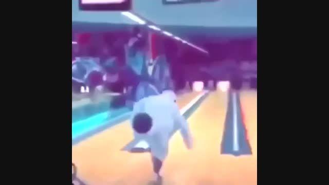 این عرب تو بولین ورزشگاه میفته و پیرزن خنده میکنه