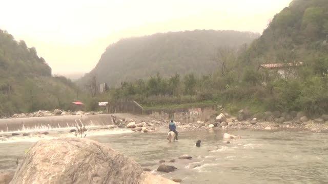 عبور از رودخانه با اسب