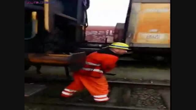 روش خطرناک برای اتصال دو واگن قطار+فیلم ویدیو کلیپ