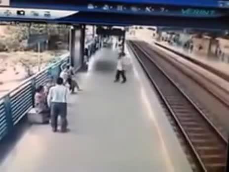 نجات از مرگ در مترو(دوربین مداربسته مترو)