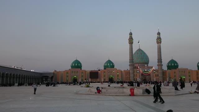 صبح هنگام در مسجد مقدس جمکران
