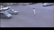 پرت شدن بچه از ماشین به وسط خیابون