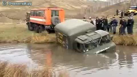 عبور جیپ روسی از رودخانه