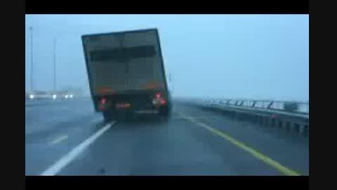 چپ شدن کامیون در اثر وزش باد شدید
