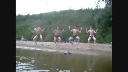 لخت لخت شنا کردن و همزمان رقصیدن داخل آب