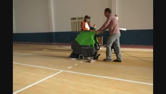 اسکرابر برقی برای نظافت کف سالن والیبال- زمین شوی