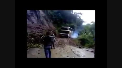 لحظه سقوط اتوبوس به ته دره..