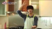 اینم آشپزی ماهرانه مین هیوک اگه بتونیم اسمش رو آشپزی بزاریم