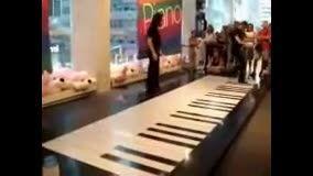 خلاقیت در ساخت و نواختن پیانو با پا