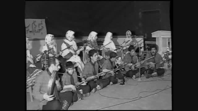 اجرای موسیقی سنتی و دف توسط پسران و دختران جوان قوچانی