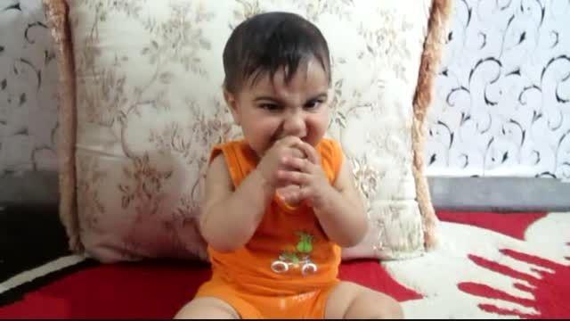انبه خوردن بچه کوچیک برای اولین بار