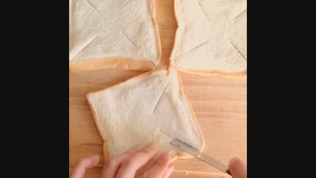 شکل دادن نان تست به شکل گل برای پیش غذا