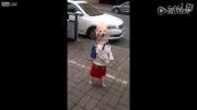 سگی که مثل یه دختر کوچولو راه میره !!!