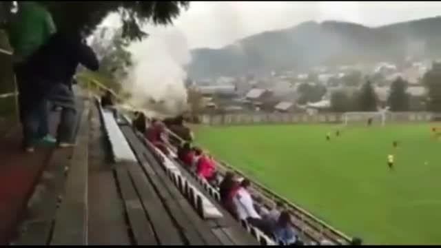 وقتی قطار از داخل زمین فوتبال رد می شود