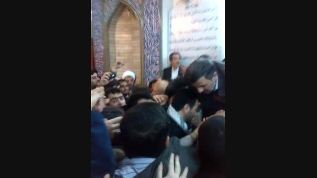 ابراز علاقه پرشور مردم به احمدی نژاد در مسجد طفلان قم