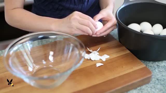 بهترین راه براى بوست كندن تخم مرغ پخته داغ