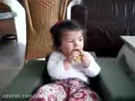 دختر بچه و خوردن لیمو