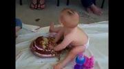 اولین کیک تولد کوچولوی خوشمزه(ببینید و بخندید)