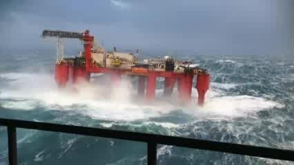 حرکات شدید سکوی نفتی در طوفان دریای شمال