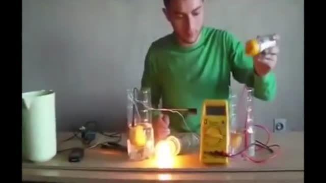 چگونه تلفن همراه را شارژ و یک لامپ را روشن کنیم