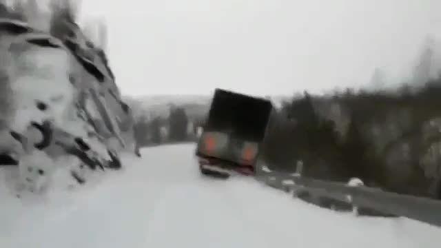 مرگبارترین سقوط به دره روی زمین برفی توسط دو تریلر