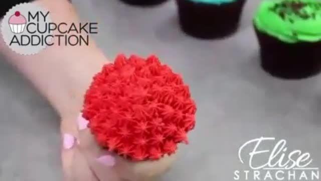 طراحی روی کاپ کیک با خامه با ماسوره
