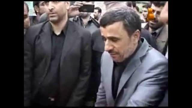 حضور سرزده دکتر احمدی نژاد در تشییع شهدای گمنام