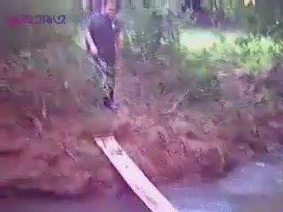عبور از نهر هم تجربه می خواهد_جوی آب+فیلم ویدیو کلیپ