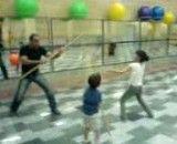 دعوا یک غول بیابانی با بچه های کوچولو - دعوای اراذل و اوباش با بچه کوجولو