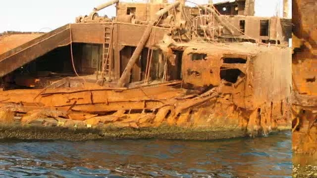 کشتی یونانی در ساحل جزیره کیش