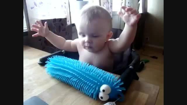 عکس العمل خنده دار از کودک در مقابل چیز ناشناخته!