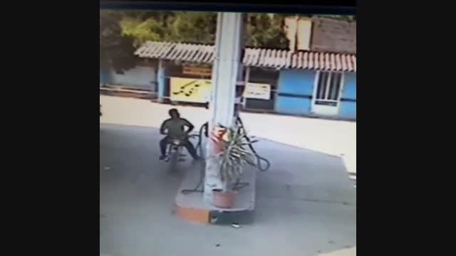 کلیپ وحشتناک آتش گرفتن مرد و موتورسیکلت درپمپ بنزین