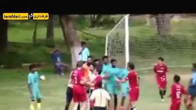 لگد کنگ فویی یک بازیکن هنگام دعوا در لیگ هند