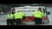 گیر کردن ماشین پلیس در آب