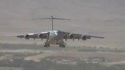 فرود هواپیمای سی هفده در باند خاکی چ گرد خاکی ب پا میکنهههه
